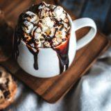 バレンタインに観たい!チョコレートが食べたくなる映画&ローソンのホットチョコ!